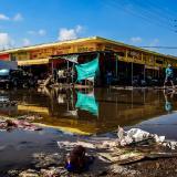 El mercado público de Barranquillita, en la carrera 43B con calle 9, quedó inundado por la rotura de un tubo de agua y atiborrado de desechos.