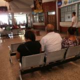 Los tres familiares de las menores, en la terminal.