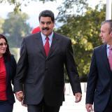 El presidente Nicolás Maduro camina junto a su esposa, Cilia Flores y a Tareck El Aissami , nuevo vicepresidente de la República.
