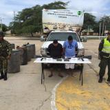 Los detenidos junto al material incautado.