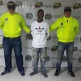 René Orozco Castillo, en medio de dos agentes de la Sijín, fue capturado en el barrio El Ferry.