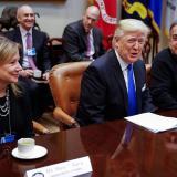 El presidente Donald Trump junto a la directora ejecutiva de General Motors, Mary Barra, y el director ejecutivo de Fiat Chrysler Automobiles, Sergio Marchionne.