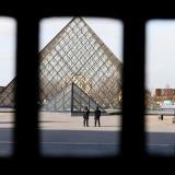 Militar balea a hombre que intentó atacarlo cerca al museo de Louvre