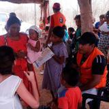 Mujeres wayuu son atendidas durante una brigada de atención en salud.