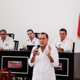 El gobernador explica los proyectos. Lo escuchan los diputados Jorge Rosales, Federico Ucrós y Juan Manotas.