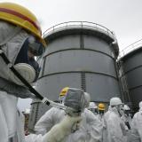 Oficiales de Tokyo Electric Power, propietaria de la central de Fukushima, durante una medición de niveles de radiación en el tanque H4 de la central tras sufrir una fuga en el mes de agosto como consecuencia del terremoto y posterior tsunami del 11 de marzo de 2011.