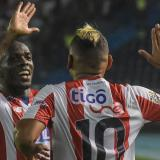 Así festejó Toloza su gol con Jarlan Barrera.