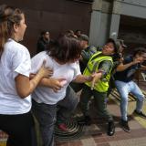 Estudiantes de Caracas se manifiestan este viernes en rechazo a la decisión del Tribunal Supremo de asumir las competencias del Parlamento.