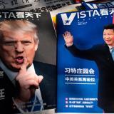 Dos revistas instaladas en un puesto de Pekín muestran en sus portadas a los presidentes Donald Trump y Xi Jinping quienes se reúnen este jueves.