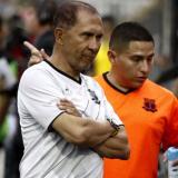Diego Umaña muestra su desazón luego de protagonizar la equivocación de incluir a cuatro extranjeros en en su equipo durante un partido.