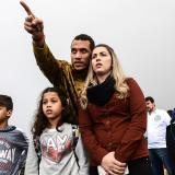 Helio Neto enseña a su familia el sitio en el que cayó el avión en el que viajaban él y el resto del equipo Chapecoense.