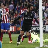 Isco celebra su tanto que significó el descuento del Real Madrid en el Vicente Calderón.