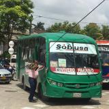 Con ayuda de su mochila, pasajero de bus retira cable caído