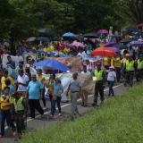 Docentes se movilizan entre vehículos por la calle 30, durante la gran marcha.