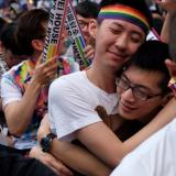 Centenares de personas se reunieron eufóricamente en Taipei para celebrar la decisión de la Corte Constitucional.