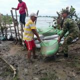 Construccion de barricadas con sacos de arena para contener el río en Mata de Caña