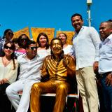 El alcalde Augusto Ramírez, el secretario de Cultura de Valledupar, Miguel Morales y familiares de Diomedes Díaz posan junto a la escultura de El Cacique de La Junta.