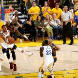 Warriors aplastan a Cavaliers en inicio de playoffs NBA