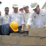 Momento en el que el gobernador Eduardo Verano pone la primera piedra para dar inicio a la obra.