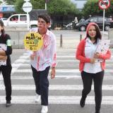 'Zombi' advierte a peatones sobre riesgos de accidentes al cruzar la calle