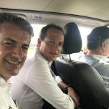 El presidente Santos conduce, mientras el viceministro de Transporte, Alejandro Maya, y el director de Invías, Carlos García, posan para la foto.