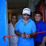 El mandatario cortando la cinta en una de las viviendas beneficiadas.