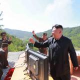 """Kim Jong-Un festeja tras el lanzamiento """"histórico""""."""