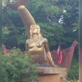 La bandera izada al lado de la escultura de la 'Sirena Vallenata'.