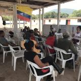 Viridiana Molinares, directora de UNCaribe y docente de la Universidad del Norte, dicta una charla sobre la Constitución a ex combatientes de la guerrilla de las Farc en Pondores, La Guajira.