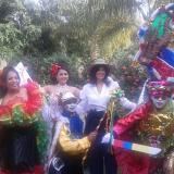 La embajadora de Colombia en Uruguay, Natalia Abello, en compañía de hacedores del Carnaval de Barranquilla.