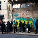 Alrededor de 16 personas hacen fila la tarde del viernes en las afueras de la farmacia Tapie (Ciudad Vieja)  en busca de la marihuana.