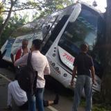Choque entre bus y moto deja dos heridos