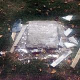 La placa que conmemora la muerte de Colmenares fue arrancada de su lugar.