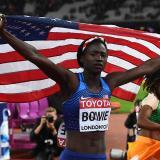Torie Bowie festejando su triunfo con la bandera de EEUU.
