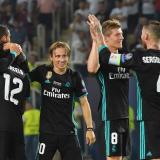El centrocampista croata del Real Madrid, Luka Modric (C) y sus compañeros de equipo celebran tras ganar el partido de la Supercopa de la UEFA entre el Real Madrid y el Manchester United