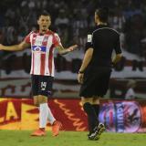 Pico le reclama al árbitro en el juego ante Envigado.