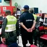 Agentes de Policía junto a las máquinas incautadas.