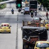 Un taxi y una moto invaden el carril de Transmetro, a la altura de la estación Pacho Galán.