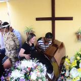Familiares de Sergio Medina lloran su muerte junto al féretro, en Valledupar.