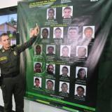 El general Botero Coy señala la foto  de Digno o 'Sebastián' en el cartel.