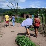 Cuatro personas caminan por Villa Veneno.