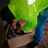 Un agente revisa las latas de atún incautadas.