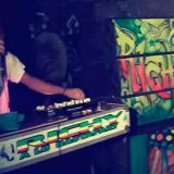 Un DJ detrás de la consola del picó El Richi anima a los asistentes a un evento en un patio del barrio El Ferry, suroriente de Barranquilla.