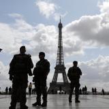 Archivo- Policías durante una operación de seguridad en París.