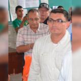 Carlos Pérez Escobar, detrás de él, Maximiliano García, otro de los detenidos como presuntos coautores del homicidio del ex director de Regalías de Córdoba.
