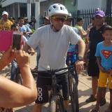 El cantante Jorge Celedón pasea en una bicicleta por las calles de Villanueva.