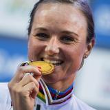 La ciclista holandesa Chantal Blaak celebra con su medalla de oro en Noruega.