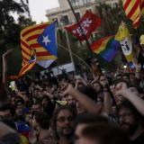 Manifestantes ondean una bandera pro-independencia en Barcelona.