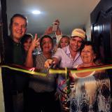El alcalde Char corta la cinta junto con una beneficiaria del programa de mejoramiento de vivienda.