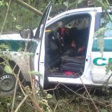Así quedó el vehículo en el que se transportaban los uniformados.
